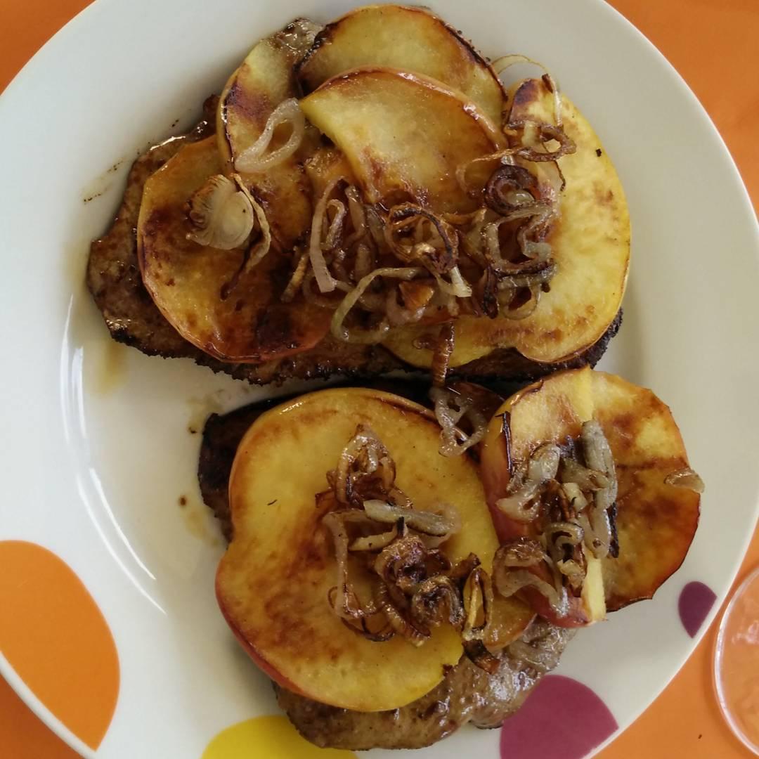 Leber mit Apfelscheiben und Zwiebeln, lecker