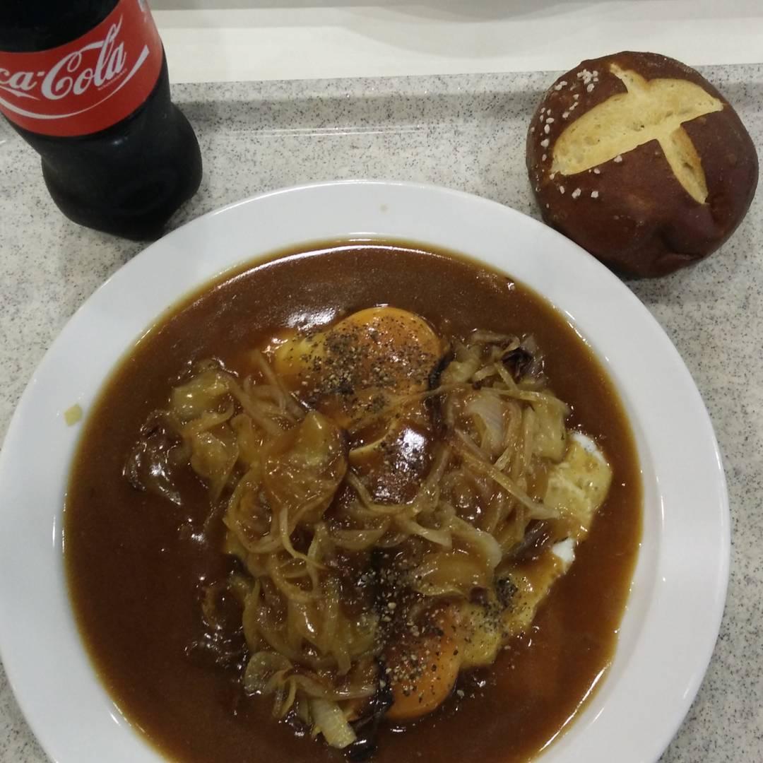 Fleischkäs Frühstück, mit zwei Scheiben Käse, zwei Spiegeleiern, Röstzwiebeln, Laugenweggle und Cola. Lecker! :-D mit @max_666
