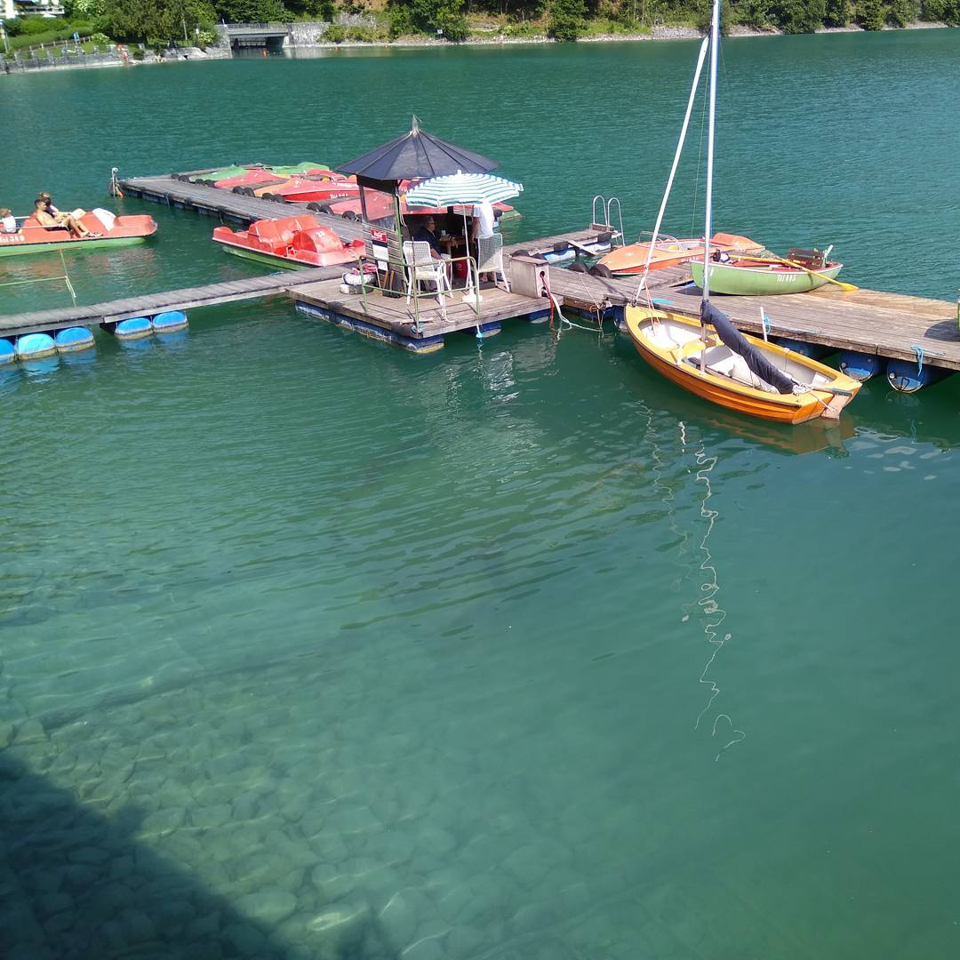 Walchensee. Blick vom Cafe am See in Urfeld auf den Tretbootsteg.