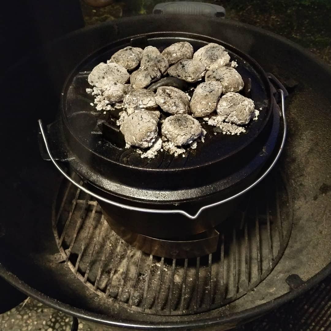 Dutch Oven mit Kartoffelgratin im Weber 57cm Kugelkohlegrill